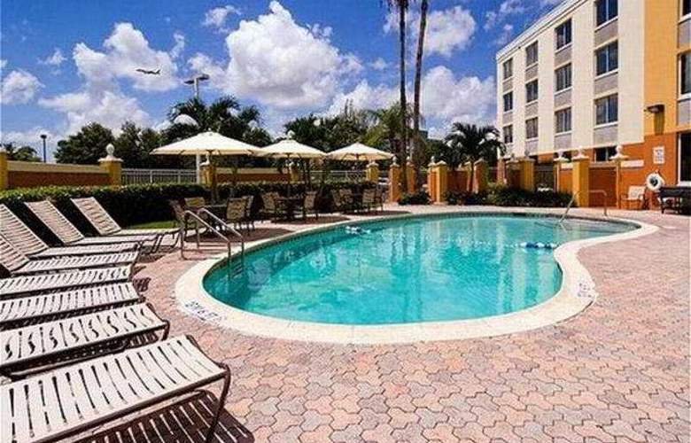 Holiday Inn Express West Doral Miami Airport - Pool - 10
