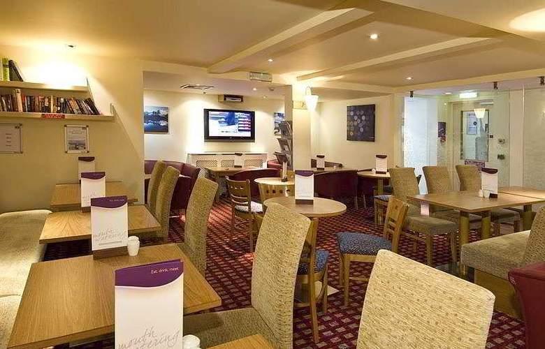 Premier Inn Gatwick Airport Central - Bar - 5