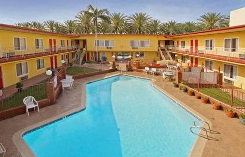 Americas Best Value Inn Anaheim - Pool - 3