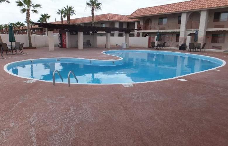 Quality Inn & Suites Lake Havasu City - Pool - 9