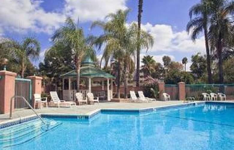 Clarion Hotel Near Fairplex - Pool - 3