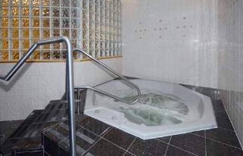 Comfort Inn & Suites Seattle - Pool - 5
