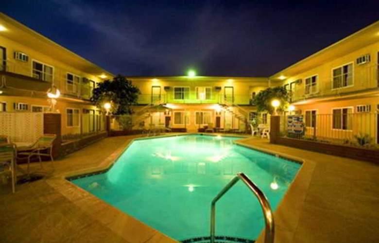 Americas Best Value Inn Anaheim - Pool - 7