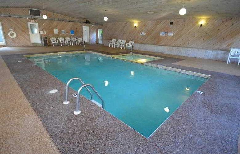 Econo Lodge Inn & Suites - Pool - 26