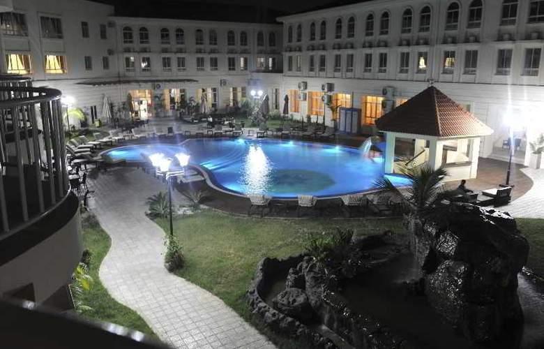 Ritz Victoria Garden - Pool - 25