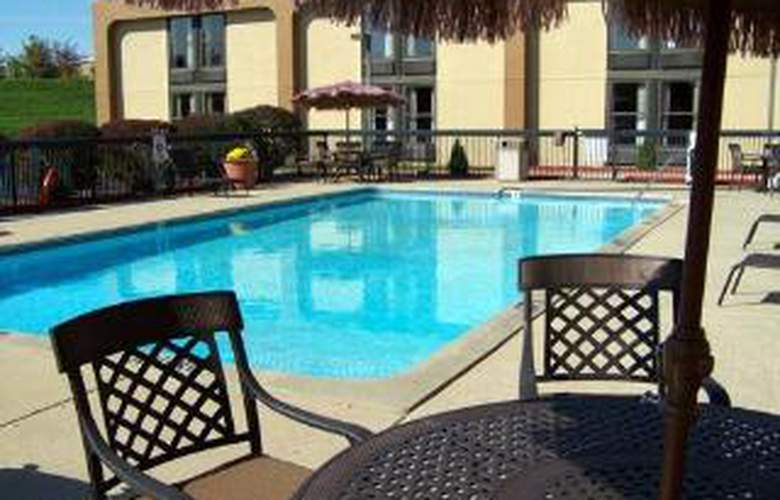 Clarion Inn & Suites Airport - Pool - 5