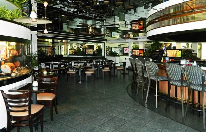 The Beachcomber Hotel & Resort - Bar - 13