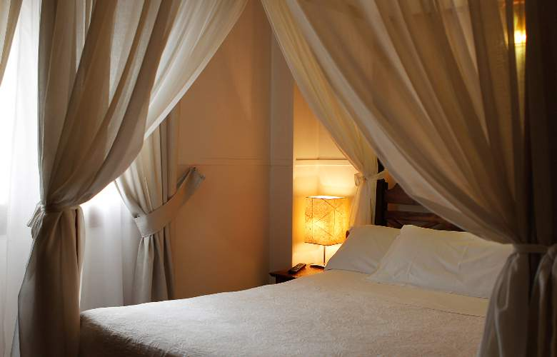 Reina Mora - Room - 13