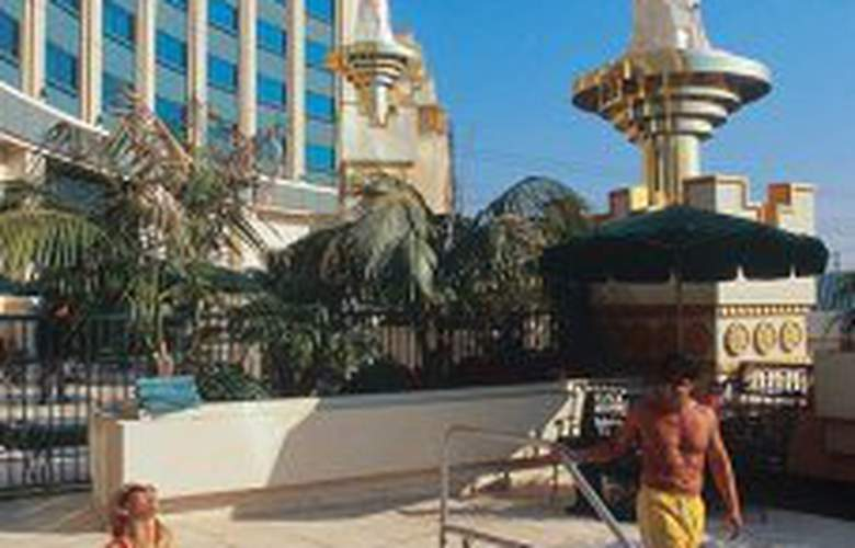 Crowne Plaza Hotel At Commerce Casino - Pool - 2