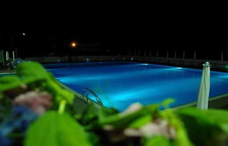 Sakura Hotel - Pool - 0