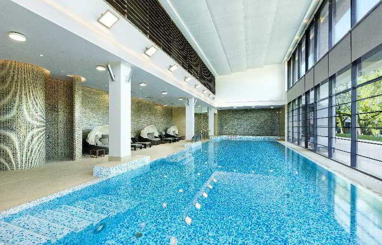 DoubleTree by Hilton Warsaw - Pool - 3