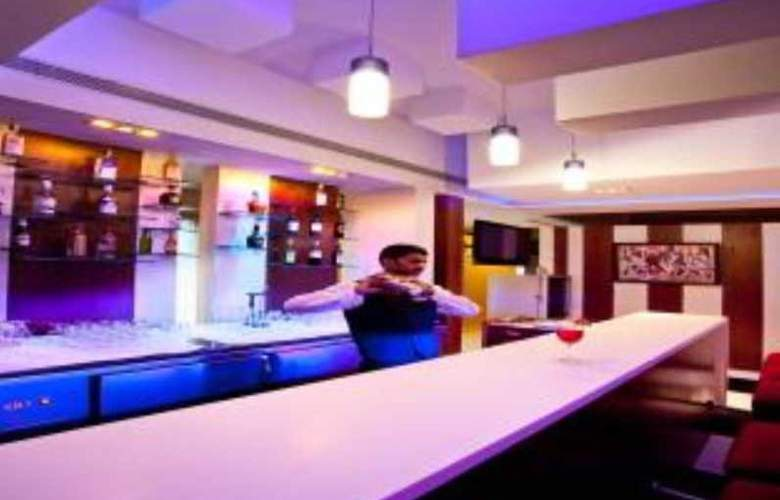 MGM Mark Whitefield - Bar - 1