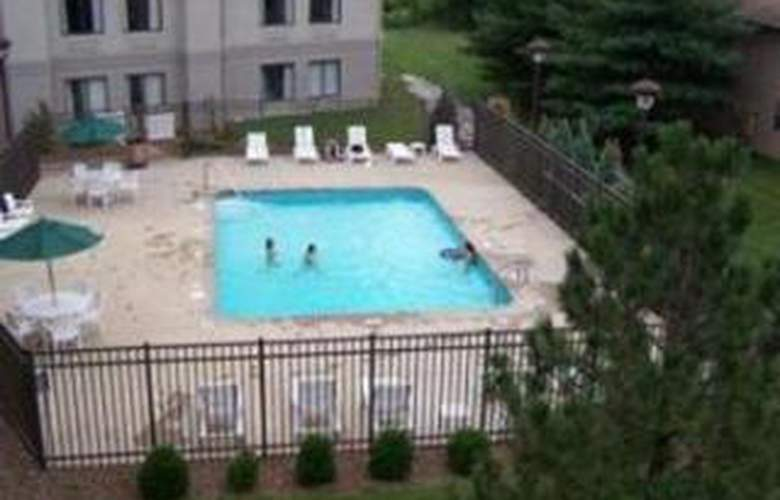 Comfort Inn East - Pool - 6