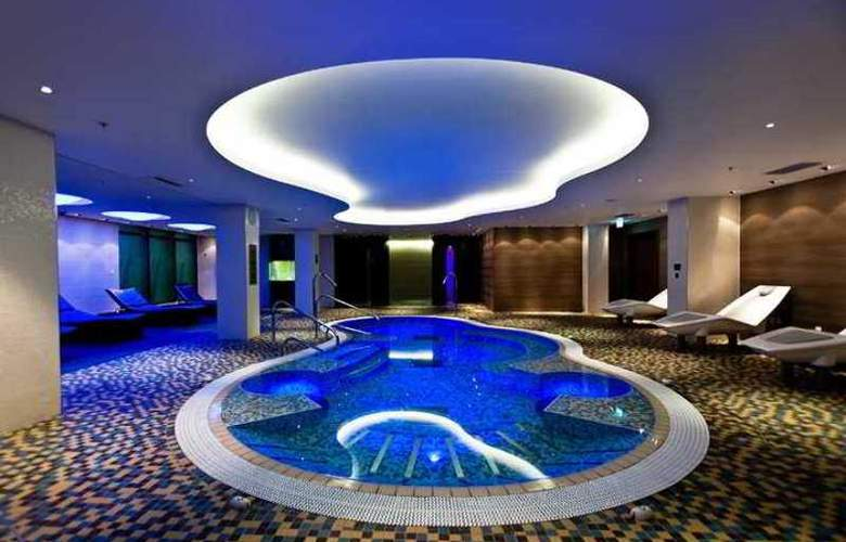 Hilton London Heathrow Airport Terminal 5 - Pool - 2