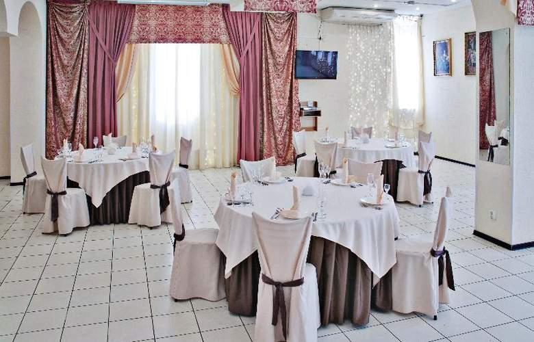 Russ - Restaurant - 15