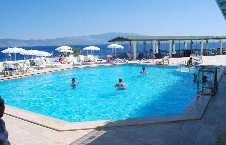 Acacia Hotel - Pool - 8