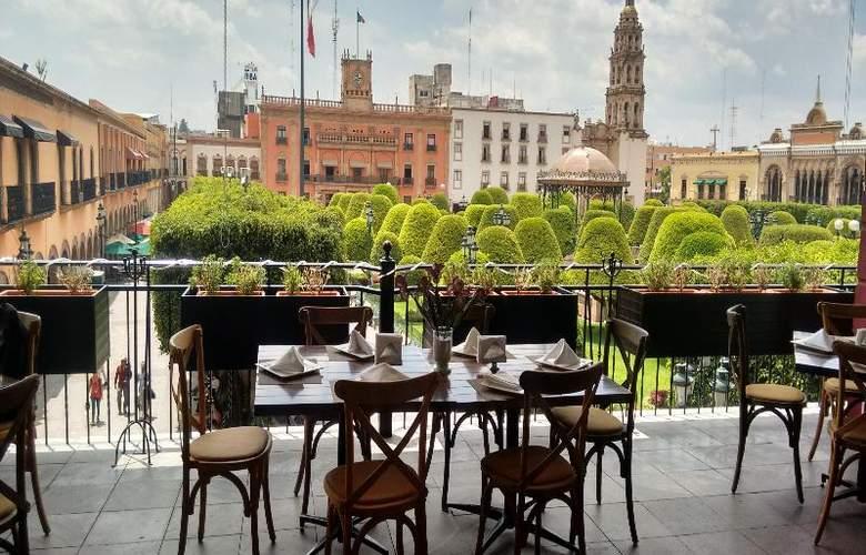 Ramada Plaza León - Terrace - 13