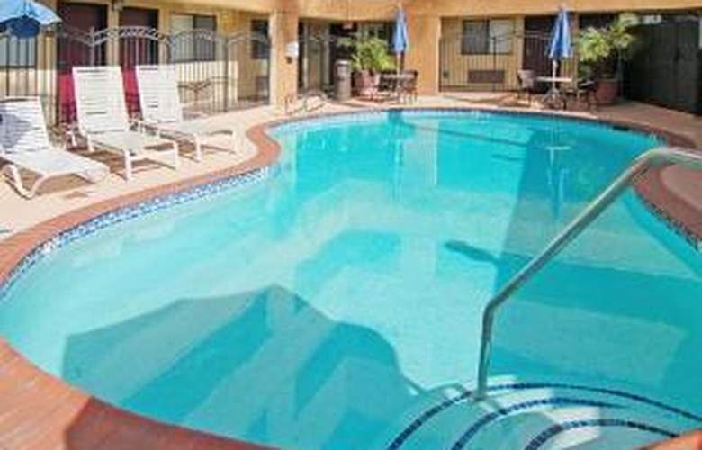 Comfort Inn & Suites Devonshire Street - Pool - 5