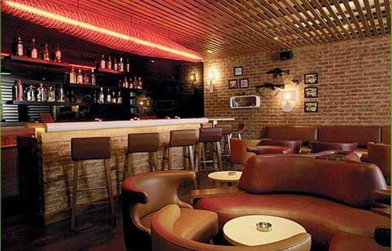 Lemon Tree Hotel, Udyog Vihar - Bar - 6