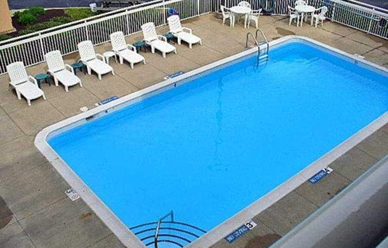Motel 6 Cleveland - Willoughby - Pool - 4