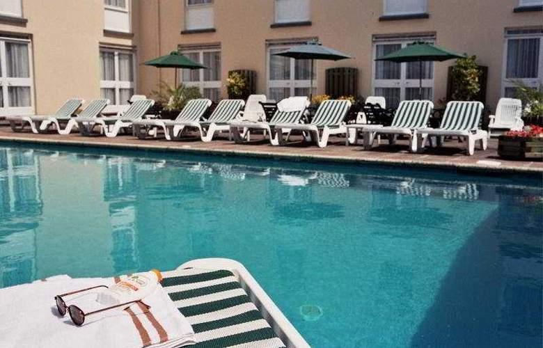 The Monterey - Pool - 7