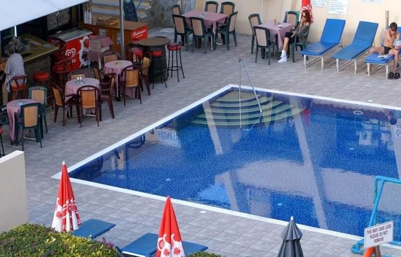 Napa Prince Hotel Apartments - Pool - 6