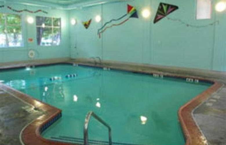 La Quinta Inn Portland Convention Center - Pool - 5