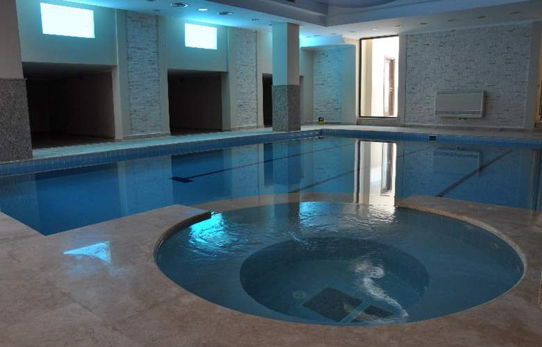 Small Beach Hotel - Pool - 9