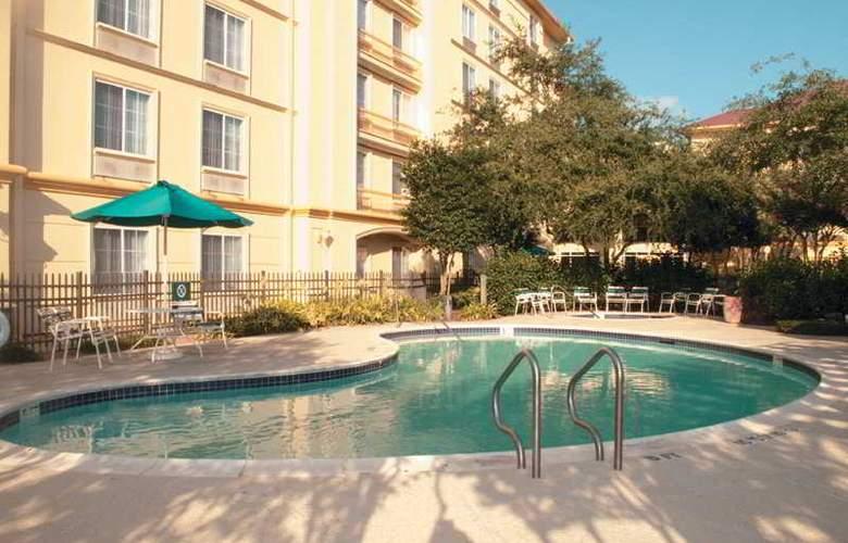 La Quinta Inn & Suites Houston Galleria Area - Pool - 5