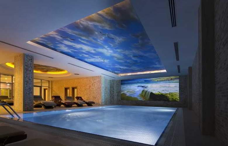 Ramada Hotel & Suites Atakoy - Pool - 17