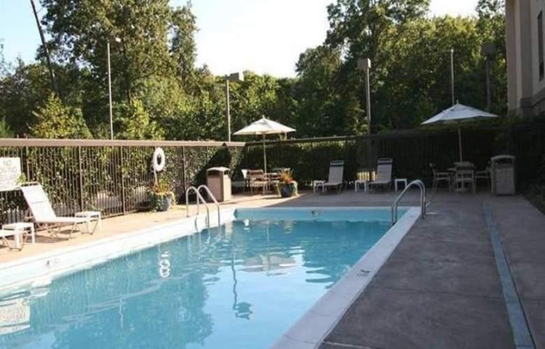 Hampton Inn Waldorf - Pool - 1