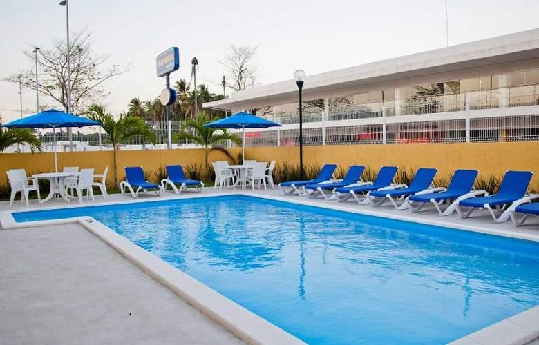 City Express Paraiso - Pool - 13