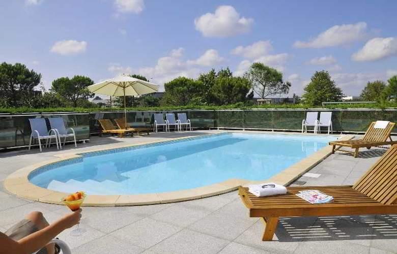 Quality Suites Bordeaux Aéroport & Spa - Pool - 8