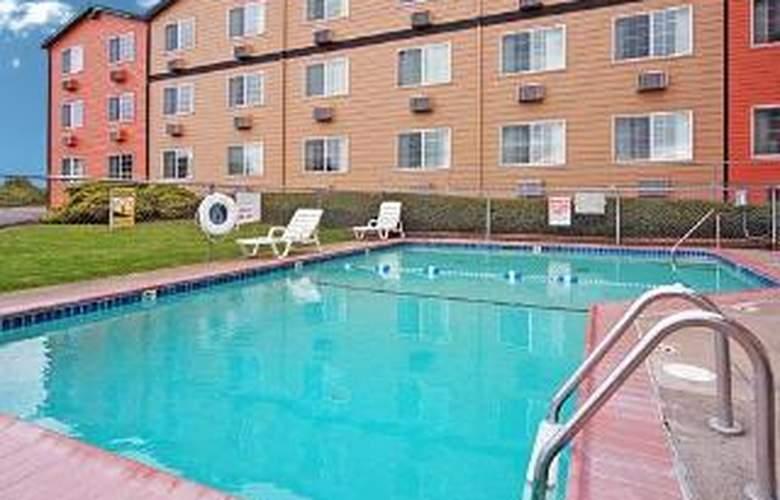Quality Inn & Suites - Pool - 5