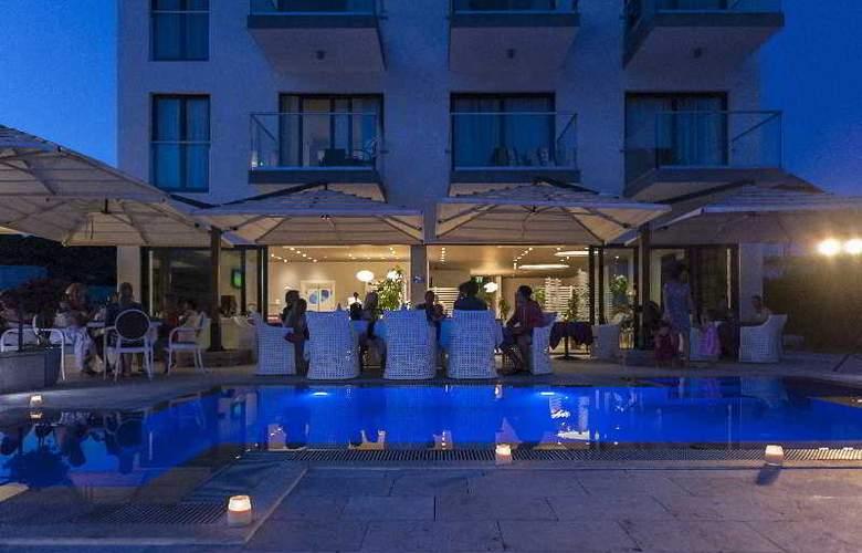 Boutique Hotel Life - Terrace - 21