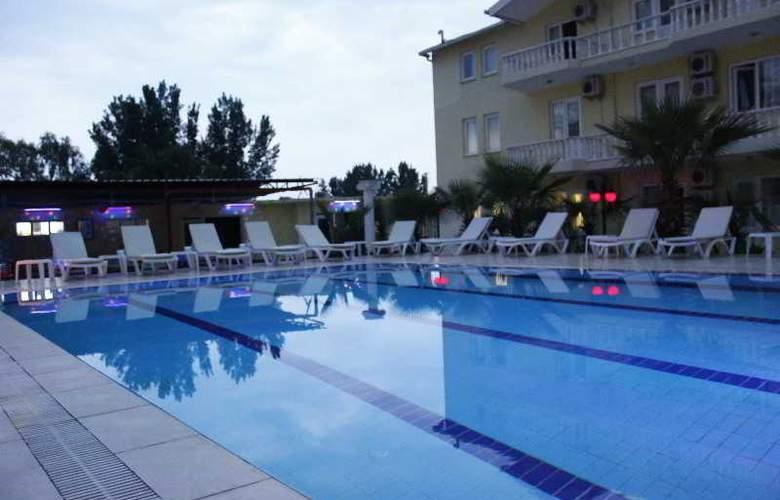 Paradise's Apple Hotel - Pool - 2