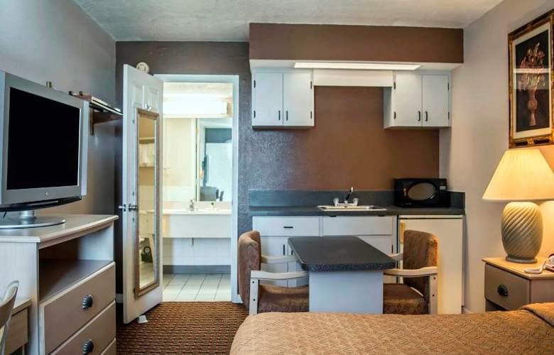 Econo Lodge  Inn & Suites - Room - 8