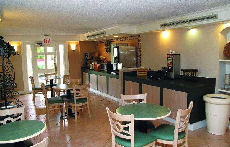 La Quinta Inn St. Louis Airport 714 - Restaurant - 6
