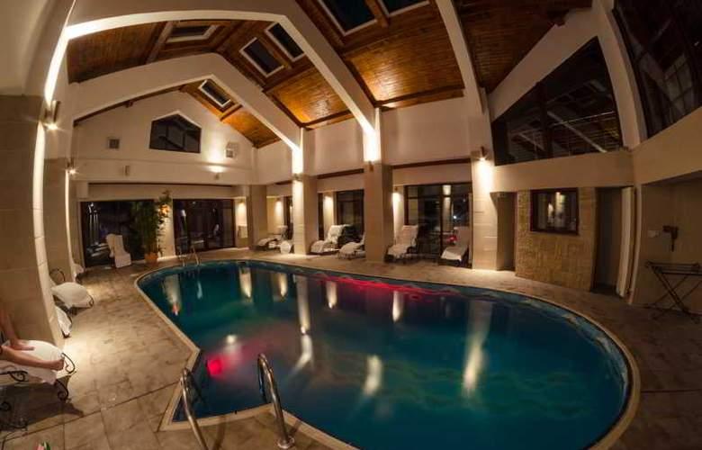 Predeal Comfort Suites - Pool - 11