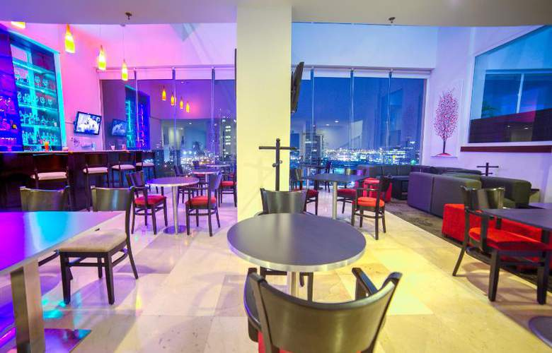 La Quinta Inn & Suites Puebla Palmas - Bar - 15