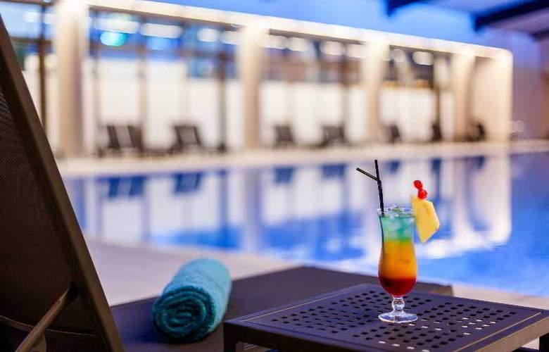 Ramada Plaza Bucharest - Pool - 10