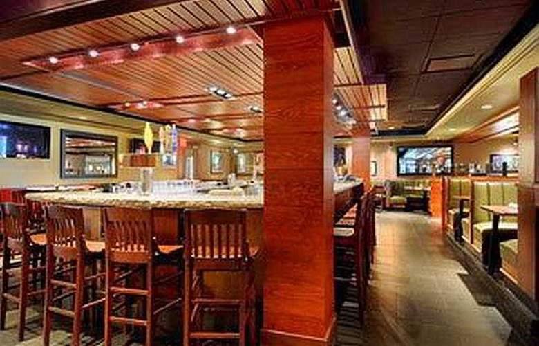 Ramada Conference Center Milwaukee - Bar - 6
