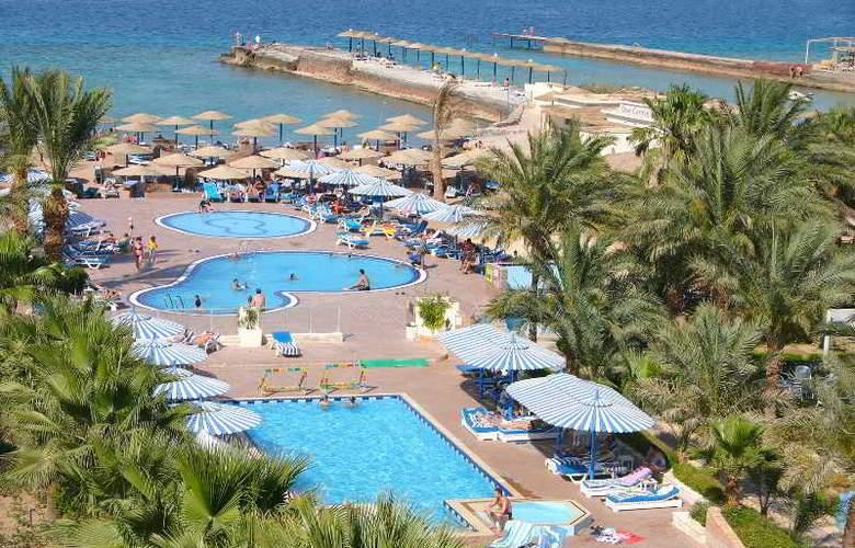 Triton Empire Hotel - Pool - 15