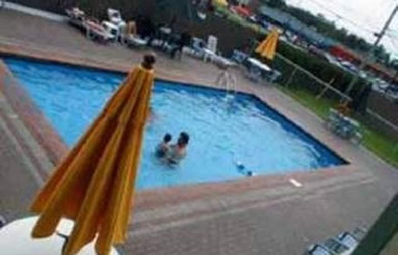 Quality Inn & Suites 1000 Islands - Pool - 4