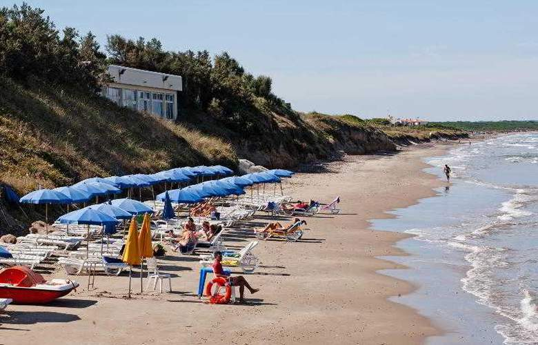 La Plage Noire Hotel & Resort - Beach - 11