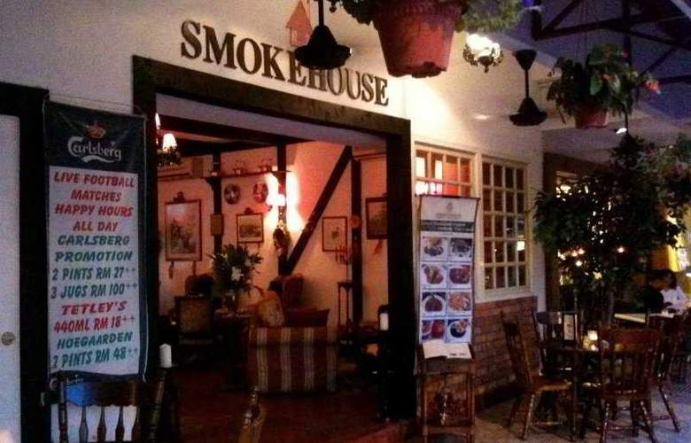 Smokehouse and Restaurant by the Golf Course - General - 9