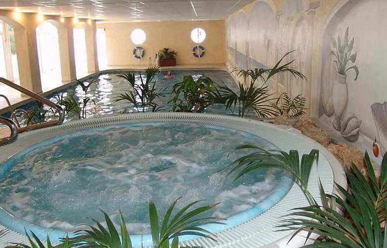 Crown Resorts - Pool - 7