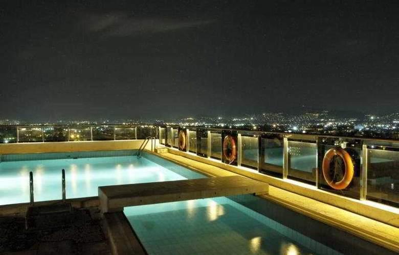 Dorian Inn - Pool - 8