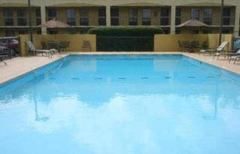 Clarion Inn & Suites Chattanooga - Pool - 3