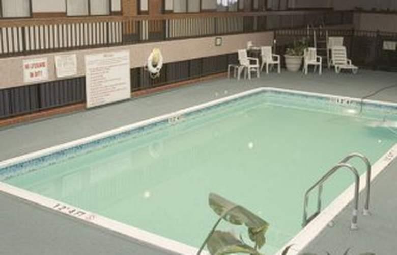 Holiday Inn at Brookline - Pool - 3